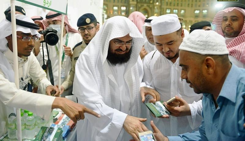 السديس يوزع الهدايا على حجاج بيت الله الحرام 2