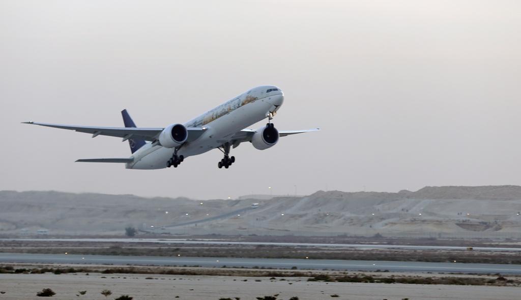 السعودية تودع معرض البحرين باستعراض جوي لطائرة معالم المملكة (1)