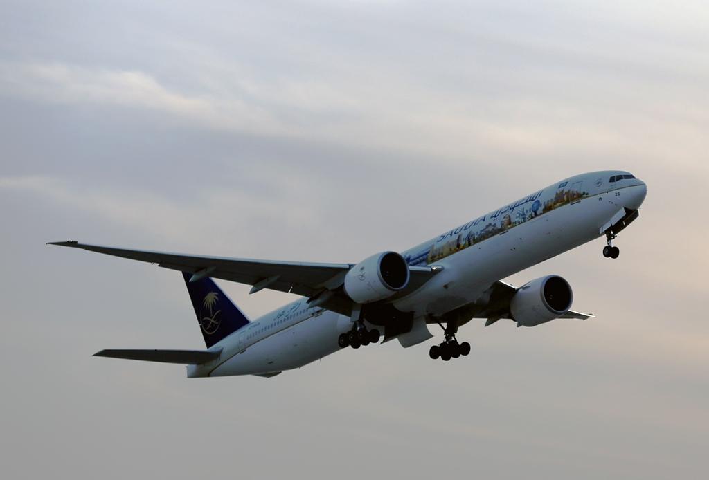 السعودية تودع معرض البحرين باستعراض جوي لطائرة معالم المملكة (3)