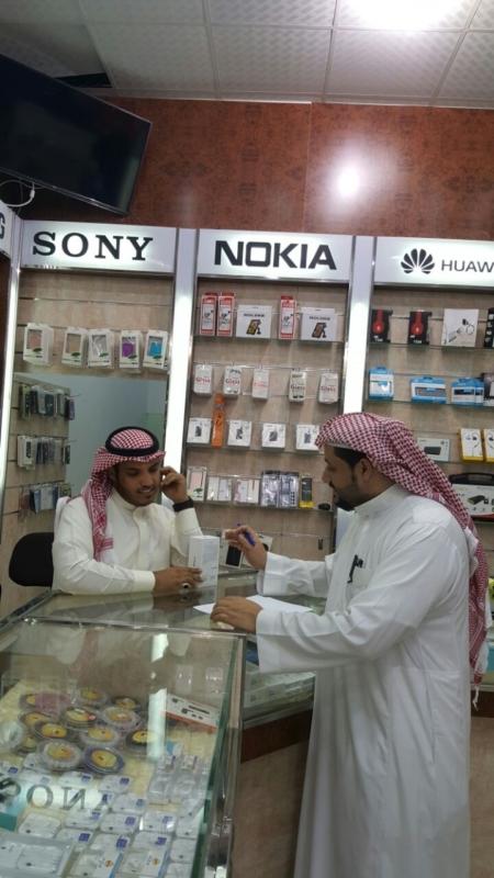 السعوديون والسعوديات يشرعون أبواب محال الاتصالات بعد أن غادرها الوافدون