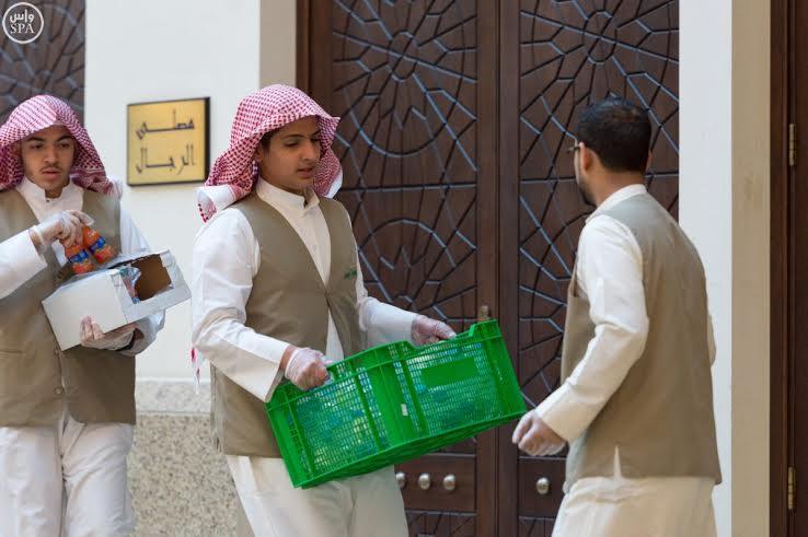 السعوديون يتسابقون لإفطار الصائمين (1)