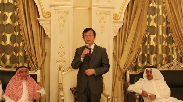 السفير الصيني متحدثا وبجواره المهندس المبطي والشيخ عبد الله العجلان