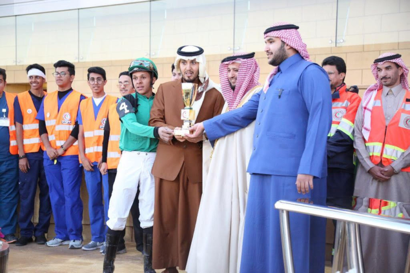 السلامة يسلم كأس الهلال الأحمر السعودي للشوط السابع بنادي الفروسية