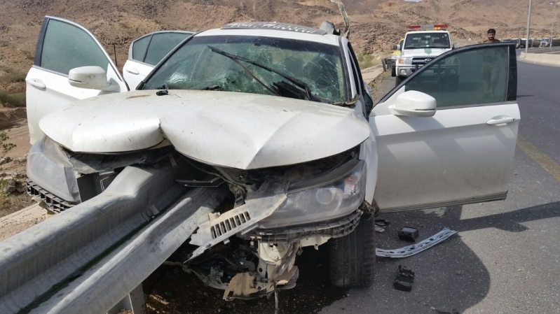 حادث مروري حاجز حديدي يخترق سيارته