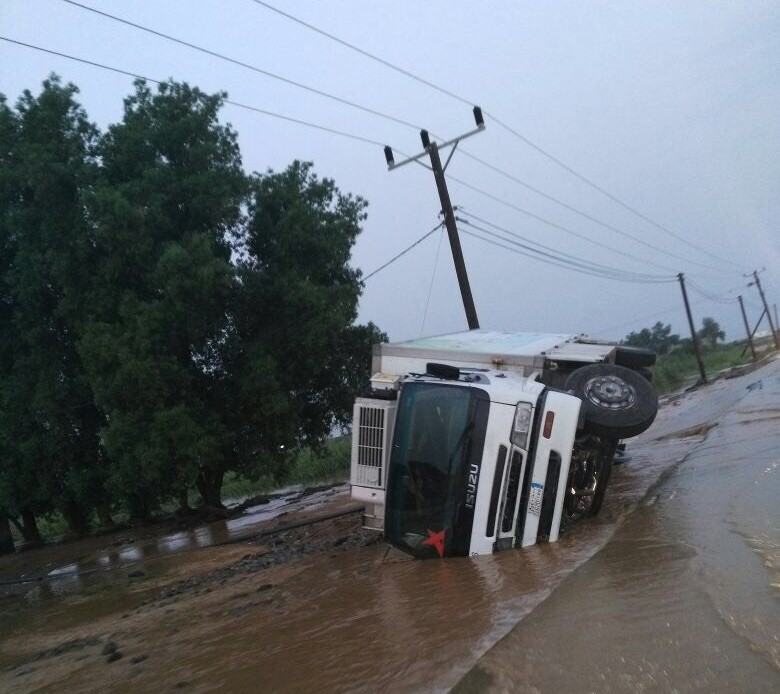 السيول المنقولة تحاصر القرى وتجرف الشاحنات بطريق صبيا - العدايا (1)