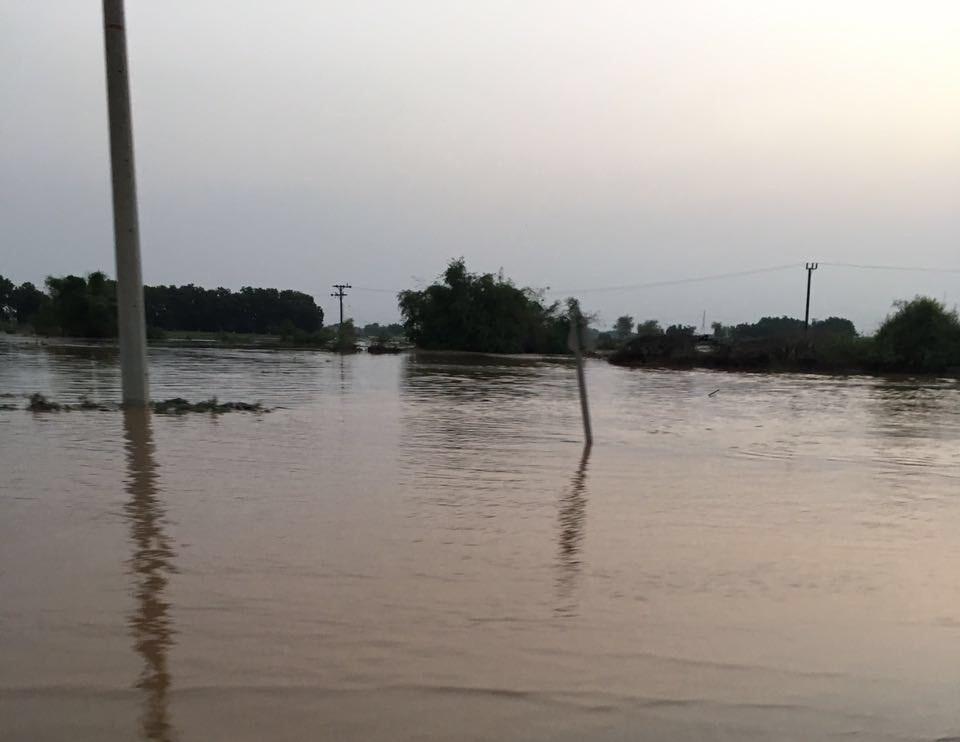 السيول المنقولة تحاصر القرى وتجرف الشاحنات بطريق صبيا - العدايا (10)