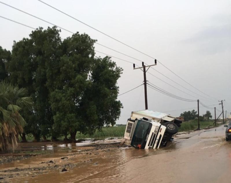 السيول المنقولة تحاصر القرى وتجرف الشاحنات بطريق صبيا - العدايا (2)