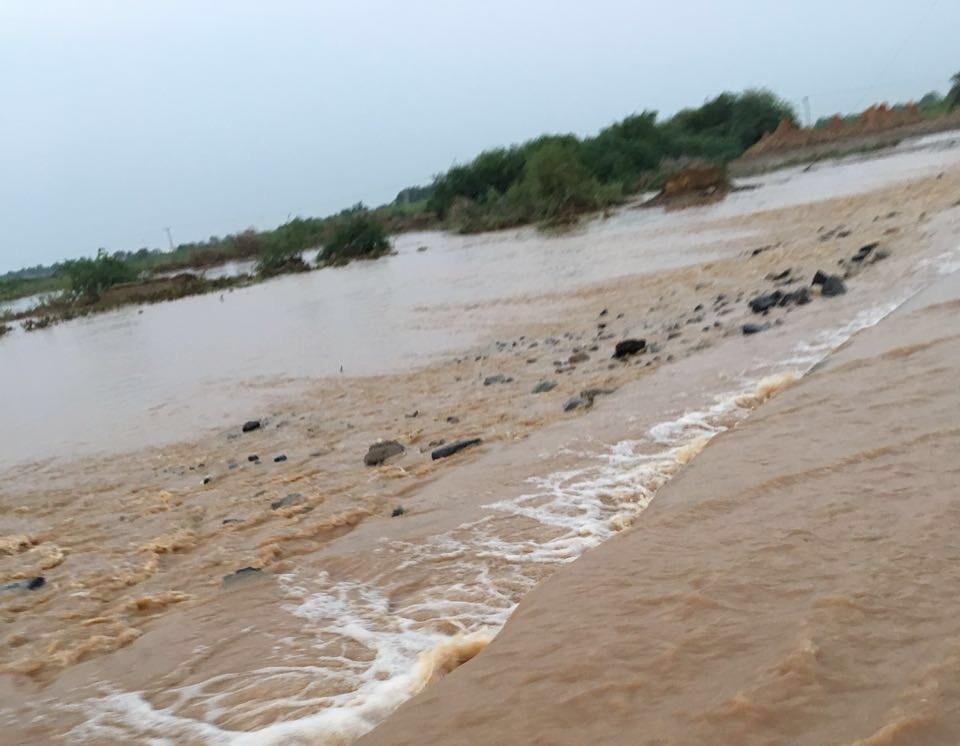 السيول المنقولة تحاصر القرى وتجرف الشاحنات بطريق صبيا - العدايا (3)