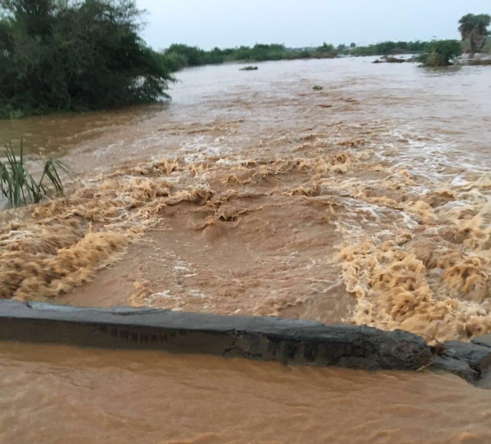 السيول المنقولة تحاصر القرى وتجرف الشاحنات بطريق صبيا - العدايا (4)