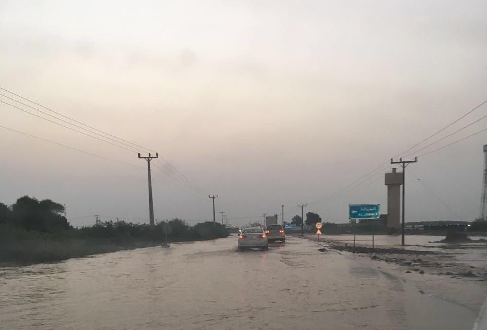 السيول المنقولة تحاصر القرى وتجرف الشاحنات بطريق صبيا - العدايا (7)