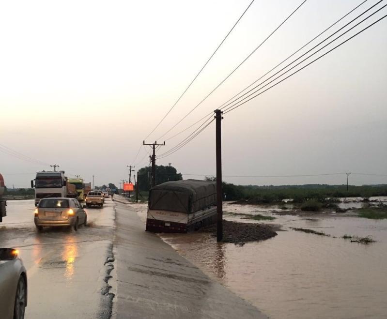 السيول المنقولة تحاصر القرى وتجرف الشاحنات بطريق صبيا - العدايا (8)