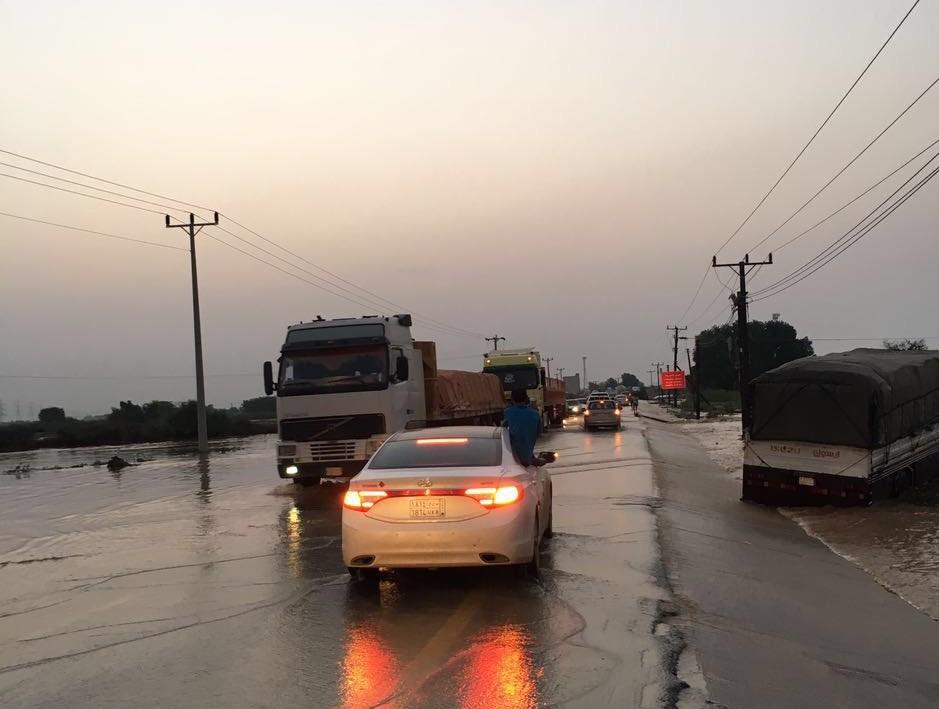 السيول المنقولة تحاصر القرى وتجرف الشاحنات بطريق صبيا - العدايا (9)