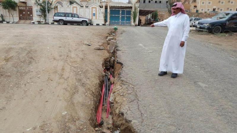 السيول تكشف كيابل كهرباء بحي الموظفين1
