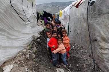 السّوريّون في مخيّمات لبنان يحرقون أحذيتهم لتدفئة أطفالهم