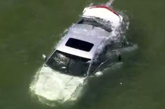 شاهد.. رجال الشرطة والمدنيون ينقذون رجلا محاصرا داخل سيارة وسط بحيرة بأمريكا - المواطن