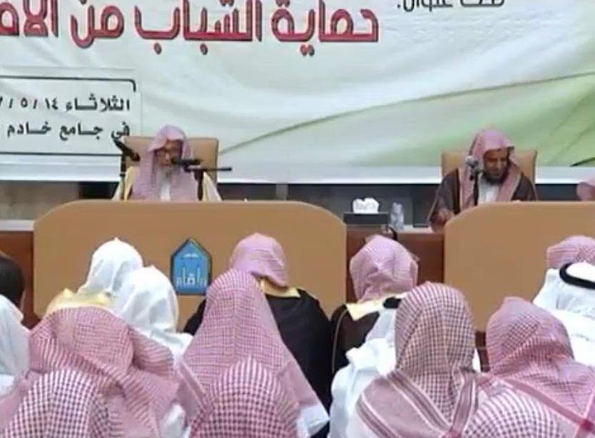 الشيخ الفوزان محاضرة يجوز متابعة حسابات الملحدين بهذا الشرط (2)