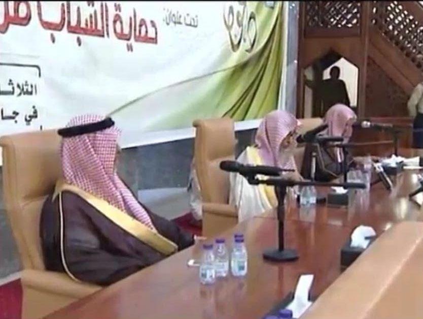 الشيخ الفوزان محاضرة يجوز متابعة حسابات الملحدين بهذا الشرط (6)