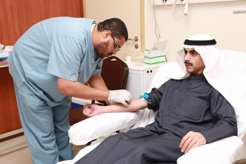 الشيخ ثامر بن جابر الصباح سفير الكويت بالسعودية يتبرع للجنود المرابطين بمدينة الملك سعود الطبية  (2)
