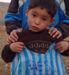 الطفل الأفغاني معجب #ميسي