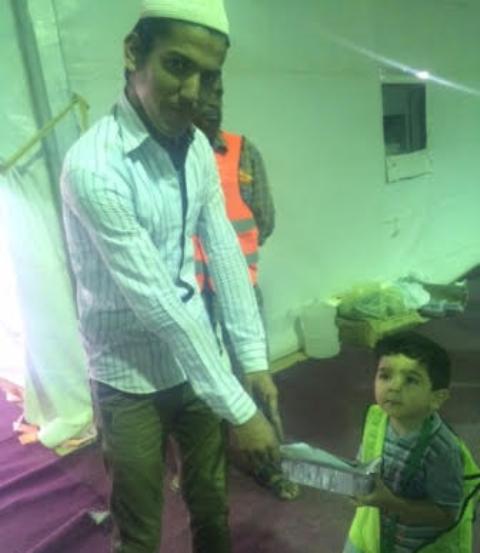 الطفل-عبدالله-اصغر-متطوع-في افطار-رمضان-بالقريات (2)