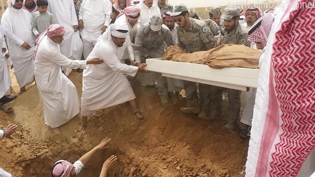 شاهد بالصور والفيديو.. دفن وعزاء الشهيد عبدالرحمن الشواطي - المواطن
