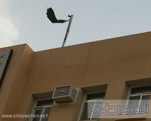 العلم السعودي ممزقاً على مبنى ثانوية في المجاردة (62281077) 