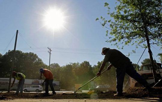 العمال تحت أشعة الشمس