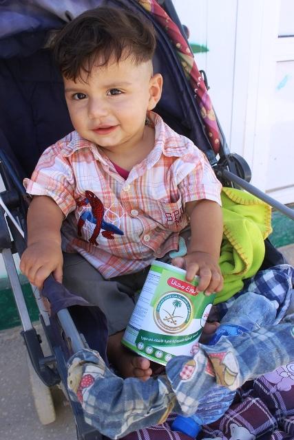 العيادات التخصصية تصرف لبن لأبناء السوريين بالزعتري (2)