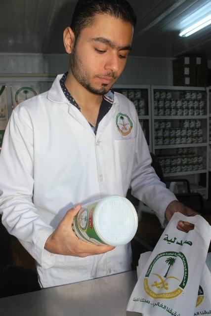 العيادات التخصصية تصرف لبن لأبناء السوريين بالزعتري (3)