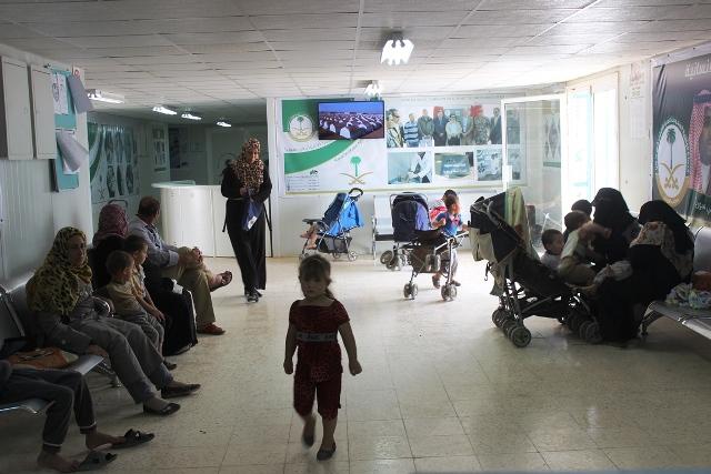 العيادات التخصصية تصرف لبن لأبناء السوريين بالزعتري (4)