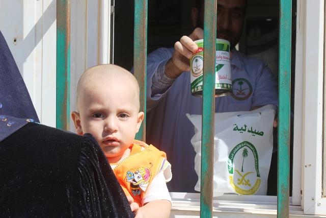 العيادات التخصصية تصرف لبن لأبناء السوريين بالزعتري (5)