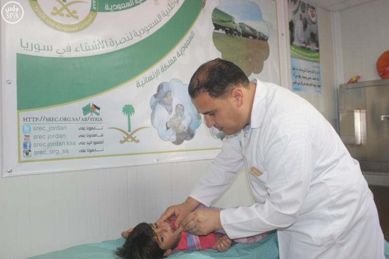 العيادات السعودية تُقدم اللقاحات لـ 145 طفلاً سوريا في مخيم الزعتري (1)