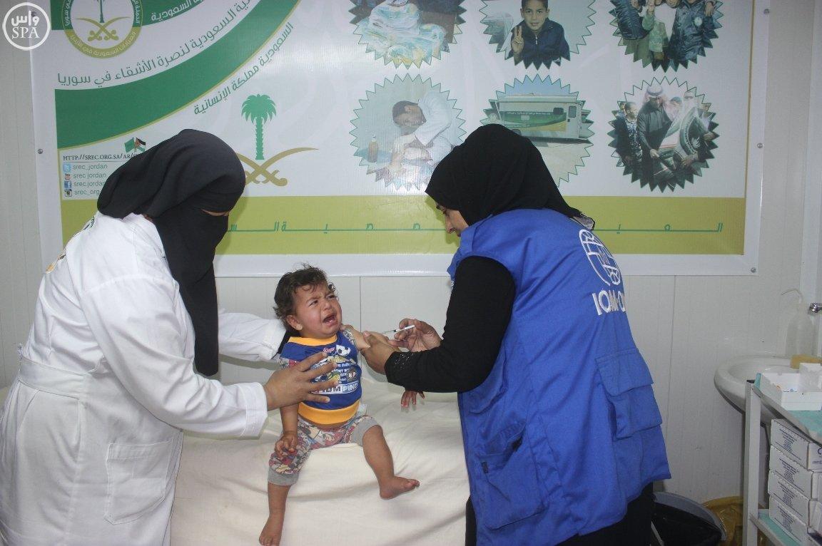 العيادات السعودية تُقدم اللقاحات لـ 145 طفلاً سوريا في مخيم الزعتري (2)