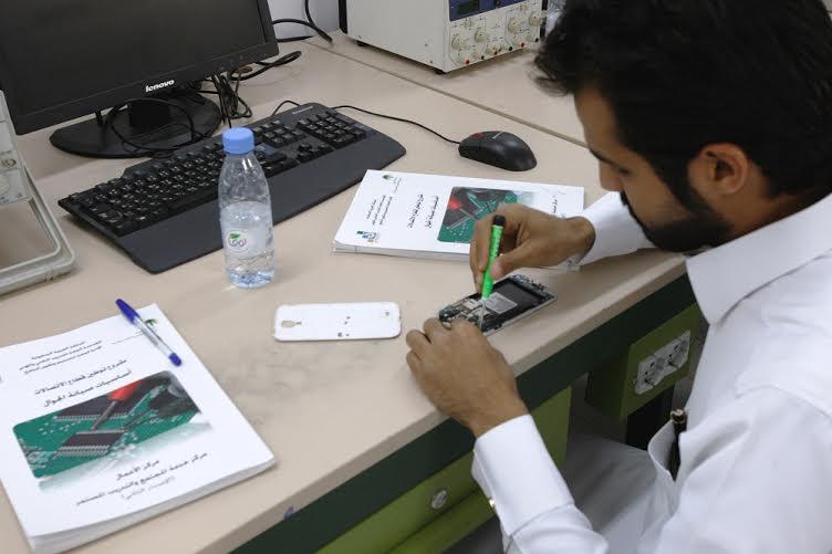 العيسى يتفقد سير برامج التدريب لتوطين قطاع الاتصالات بالكلية التقنية (216067302) 