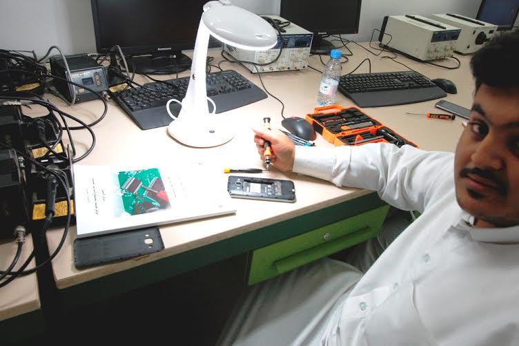 العيسى يتفقد سير برامج التدريب لتوطين قطاع الاتصالات بالكلية التقنية (216067304) 