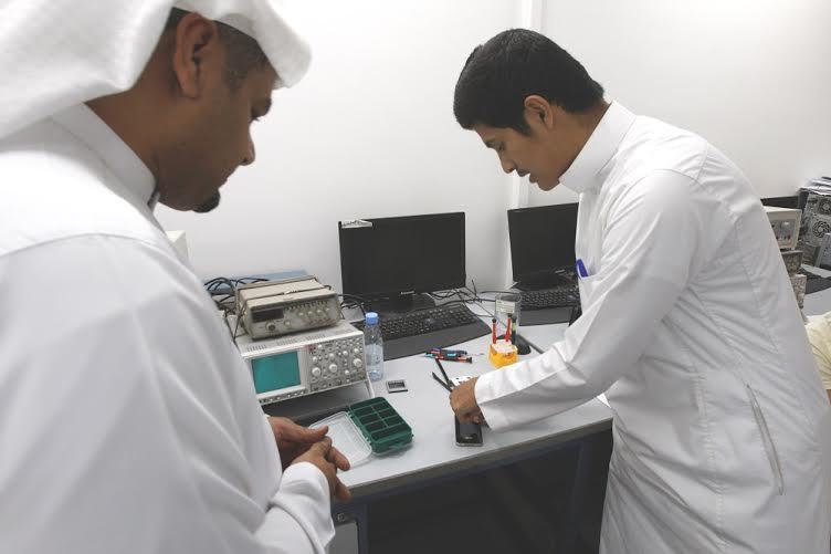العيسى يتفقد سير برامج التدريب لتوطين قطاع الاتصالات بالكلية التقنية (216067307) 