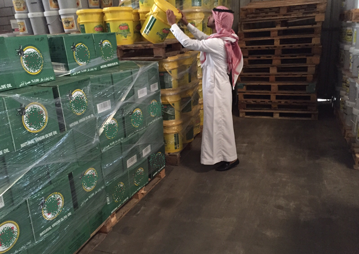 الغذاء والدواء تضبط مصنع بمدينة بريدة يحوي كميات كبيرة من مركزات العصائر منتهية الصلاحية (1)