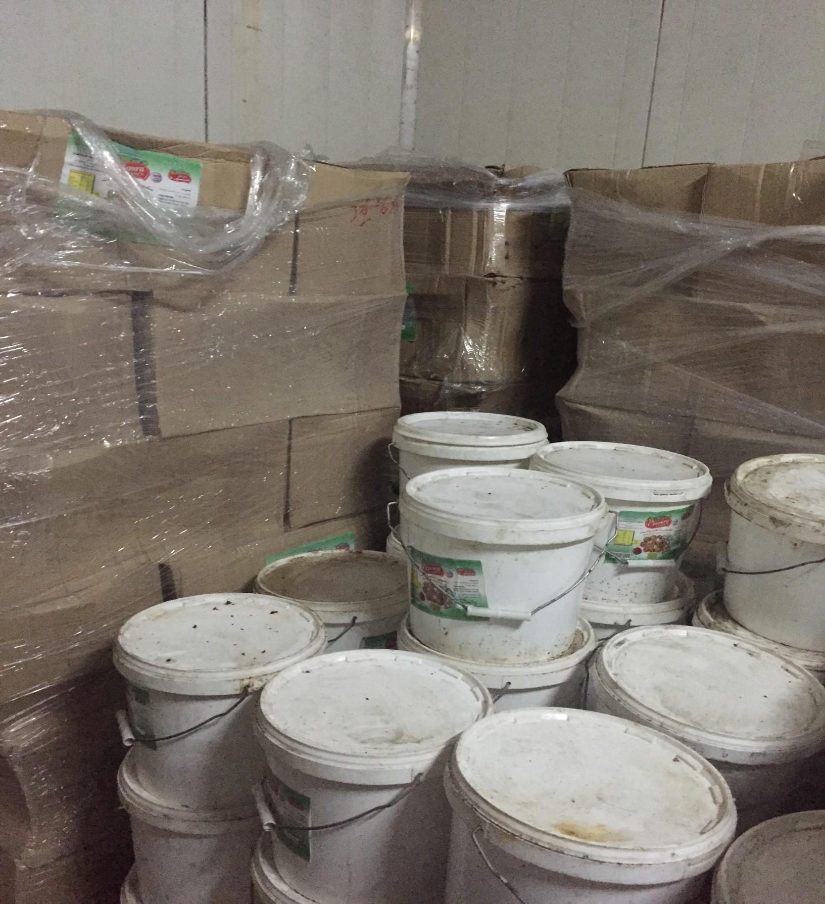 الغذاء والدواء تضبط مصنع بمدينة بريدة يحوي كميات كبيرة من مركزات العصائر منتهية الصلاحية (2)
