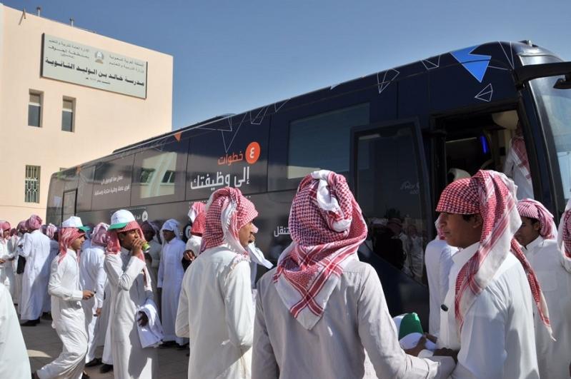 الفرع المتنقل يقدم الإرشاد المهني والتدورات التدريبية في إحدى المدارس با...