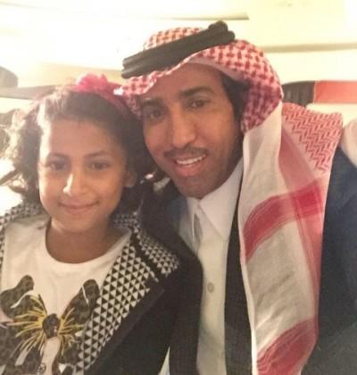الفنان فايز المالكي في صورة مع إحدى الصغيرات المصابات بمرض السرطان