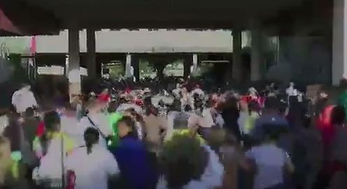 الفنزويليين يعبرون الحدود إلى كولومبيا بحثا عن الطعام
