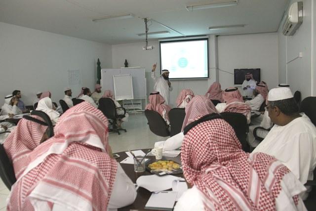 الفوزان يستعرض سبل وأساليب تنمية الموارد المالية في تحفيظ الرياض (1)