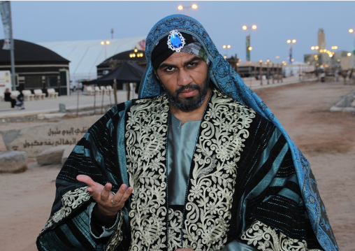الفيصل يفتتح سوق عكاظ 1 (3)