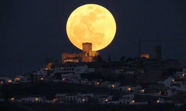 القمر العملاق 1