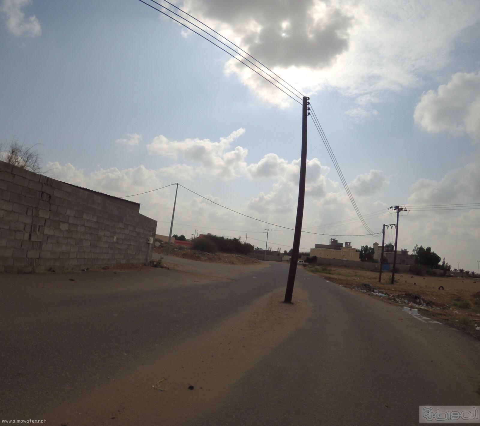 الكهرباء-تتجاهل-اعمدة-تتوسط-عدة-شوارع-بصامطة (5)