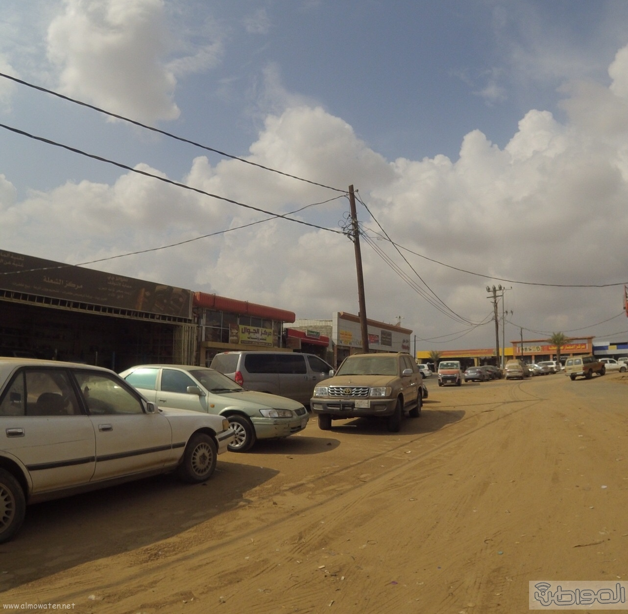 الكهرباء-تتجاهل-اعمدة-تتوسط-عدة-شوارع-بصامطة (9)
