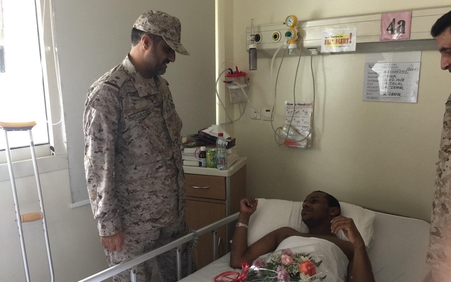 اللواء-الركن-عمير يقف علي علاجي-مصابي الحد الجنوبي (1)