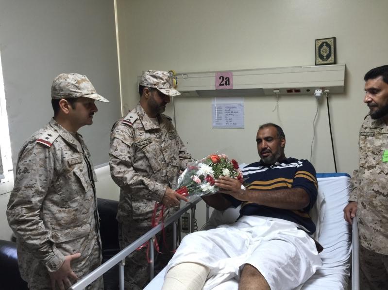 اللواء-الركن-عمير يقف علي علاجي-مصابي الحد الجنوبي (6)