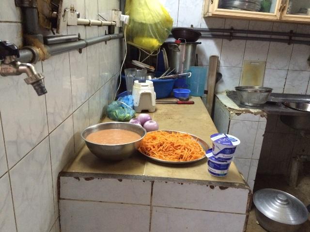 المجاري والأكل المكشوف يغلقان مطعمًا في أبا السعود #نجران (1)