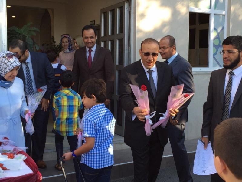 المدرسة-السعودية-تستقبل-طلابها-بالورد (2)